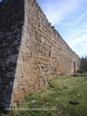 Castell de Llanera - Un tram de la muralla exterior.