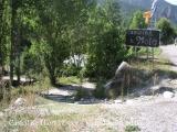 Abandonem la carretera que es dirigeix a Espot, uns metres abans de l'entrada al Camping La Mola.