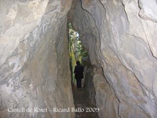 Travessarem el petit túnel que es va excavar per permetre el pas d'una canonada d'aigua