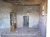 Castell de Torrebesses - Fotografia de l\'interior feta a través de la finestra. S\'intueix l\'existència d\'un arc sota la capa de pintura.