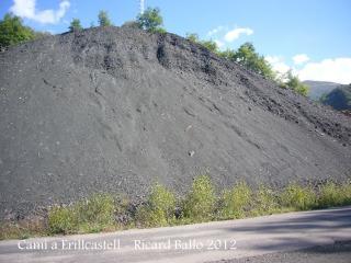 Camí al castell d'Erillcastell - detritus de les antigues Mines de Malpàs