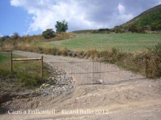 Camí al castell d'Erillcastell - Porta d'accés a la darrera part del recorregut al castell.