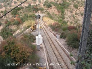 Castell d'Espases-Passem per sobre de la via del ferrocarril.
