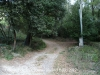 Dolmen de les Closes – Porqueres - Camí d'accés - Aquí hi ha la cadena al terra. Continuem per la dreta.