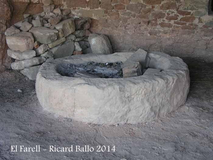 El Farell – Mura - Pedra de molí d'oli.