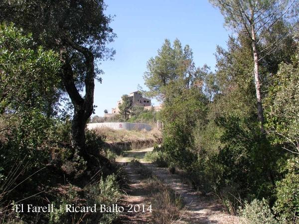 El Farell – Mura - En primer terme, una bassa artificial d'aigua, pels bombers.