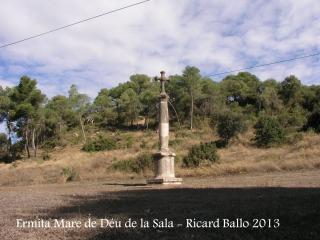 Creu situada a la vora de l'ermita de la Mare de Déu de la Sala – Jorba