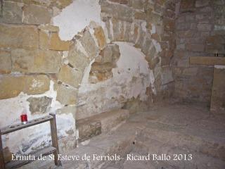 Ermita de Sant Esteve de Ferriols – Bellprat - Un dels dos arcs de mig punt del lateral d'una paret, citat al text.