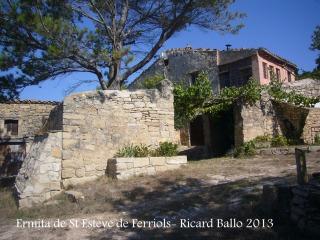 Ermita de Sant Esteve de Ferriols – Bellprat - Mas dels Ferriols, situat al costat de l'ermita.