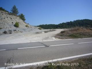 Ermita de Sant Esteve de Ferriols – Bellprat - Deixem la carretera B-220.