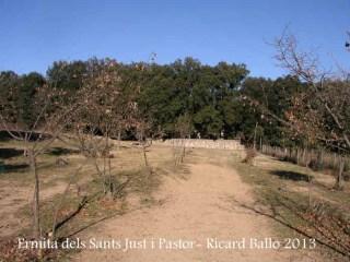 Ermita de Sant Just i Sant Pastor – La Cellera de Ter - Darrera part de l'itinerari - Al fons es veu el marge de pedra que envolta el perímetre de l'edificació