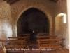 Ermita de Sant Miquel – Aiguamúrcia - Fotografia de l'interior obtinguda introduïnt l'objectiu de la màquina de retratar per un dels petits forats que hi ha a la porta d'entrada.