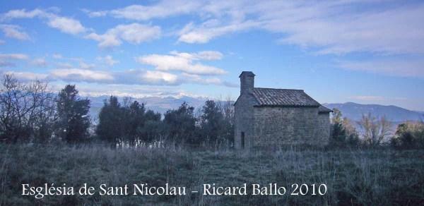 Ermita de Sant Nicolau – Sant Miquel de Campmajor - Al fons la muntanya del Canigó. Finals de gener de l'any 2010.