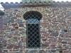 Ermita de Sant Pere Sestronques – Anglès - Finestra d\'arc de ferradura, que es cita al text.
