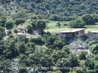 Al començament del camí, mirant enrere, veurem l'ermita de Santa Bàrbara