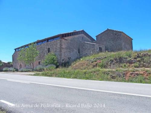 Ermita de Santa Anna de Pedrafita – Rubió, l'edificació situada a la dreta de la fotografia.