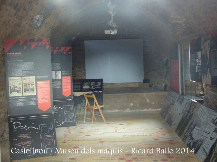Castellnou de Bages - Museu dels Maquis. Fotografia feta a través d'una petita obertura que hi ha a la porta d'entrada.