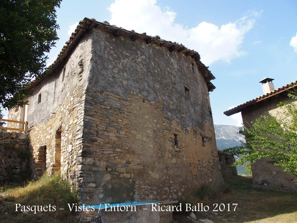 Església de Sant Cristòfol de Pasqüets i Masia Pasquet – La Coma i La Pedra - Entorn