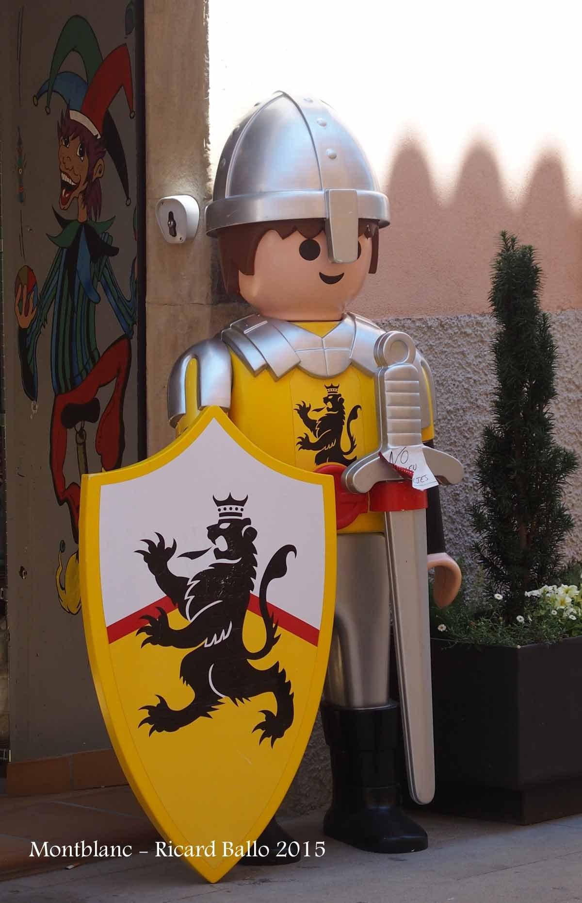 Església de Sant Francesc – Montblanc - Un personatge de Lego, situat al davant de l'aparador d'una botiga, amb motiu de celebrar-se el festival de Lego de Montblanc.