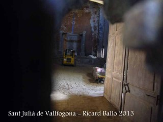 Església de Sant Julià de Vallfogona - Interior. Fotografia feta a través d'una petita obertura situada a la porta d'entrada.