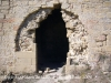 Castell de Castellcir - Església de Sant Martí de la Roca. Per una banda trobem a faltar part de les dovelles que formen l\'arcada de la porta d\'entrada. Per altra costat, també ens estranya que n\'hi quedin algunes, que l\'espoli hagi estat parcial ...