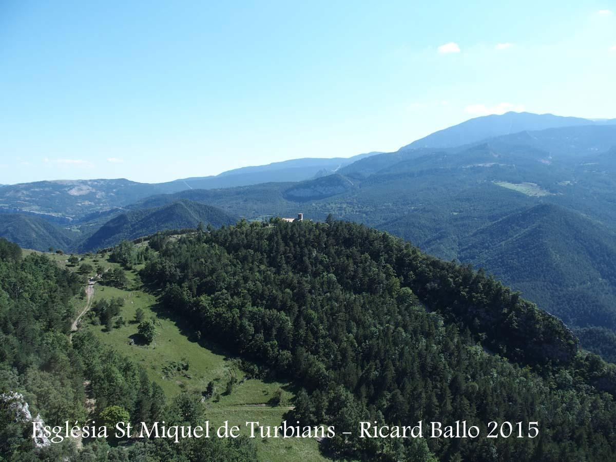 Vista de l'Església de Sant Miquel de Turbians, des del lloc on iniciem el camí a peu