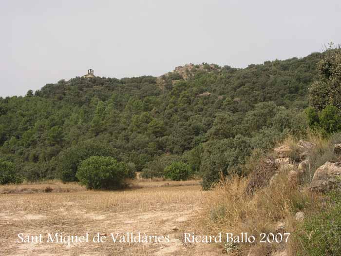A l'esquerra de la fotografia, l'església de Sant Miquel de Valldàries – Vilanova de l'Aguda - Al centre de la foto, les restes del castell de l'Aguda.