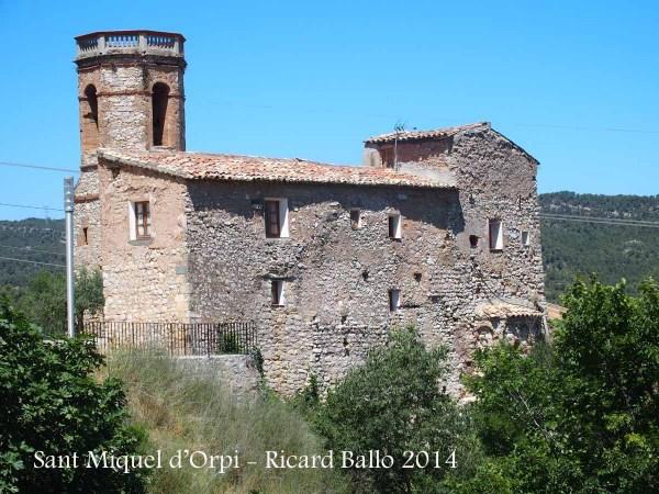 Església de Sant Miquel d'Orpí - Bages - Vista posterior. En primer terme, la rectoria. Darrere, el campanar de l'església.