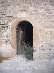 Església de Sant Pere de Les Roques – Santa Coloma de Queralt - Porta d'entrada actual a l'interior del temple. La mestressa del mas que ens ha ensenyat l'interior de l'ermita ens ha comentat jocosament que la petita planta que arrela al costat de l'entrada és una olivera, que tot i haver estat retallada diverses vegades, sempre torna a renàixer.