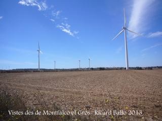 Vistes des de Montfalcó el Gros - En aquestes contrades, el rei és el molí eòlic, que hi creix com bolets ...
