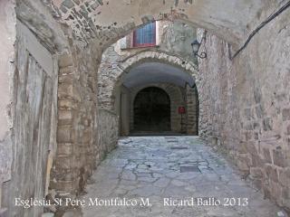 Montfalcó Murallat - Portal d'accés a la porta d'entrada (Al fons) a l'església de Sant Pere.