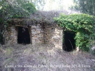 Camí a l'Església de Santa Creu de Palou – Mura - Tines de vi. Des del camí sols es veu la part posterior.