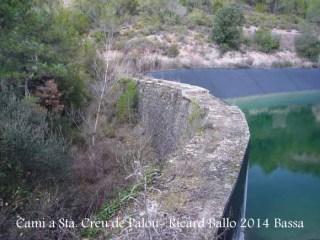Camí a l'Església de Santa Creu de Palou – Mura - Bassa artificial d'aigua - Part superior de la presa per on accedim al camí de la darrera part del recorregut.