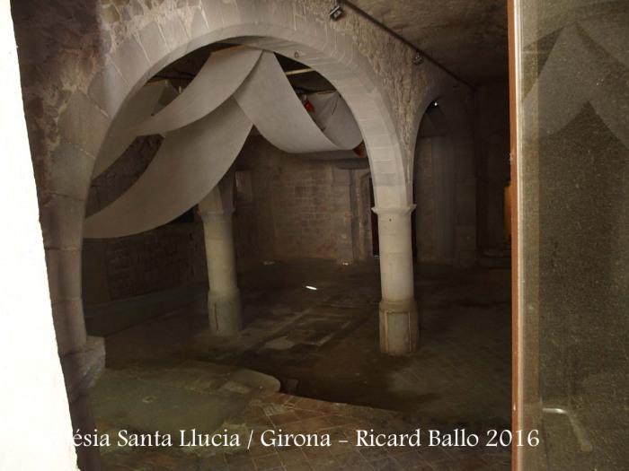 Església de Santa Llúcia – Girona - Fotografia obtinguda de manera força precària, introduint l'objectiu de la màquina de retratar de qualsevol manera, a través d'una obertura, no recordem ara si a la porta d'entrada, o bé a través d'una finestra ... . I així ha sortit la foto.