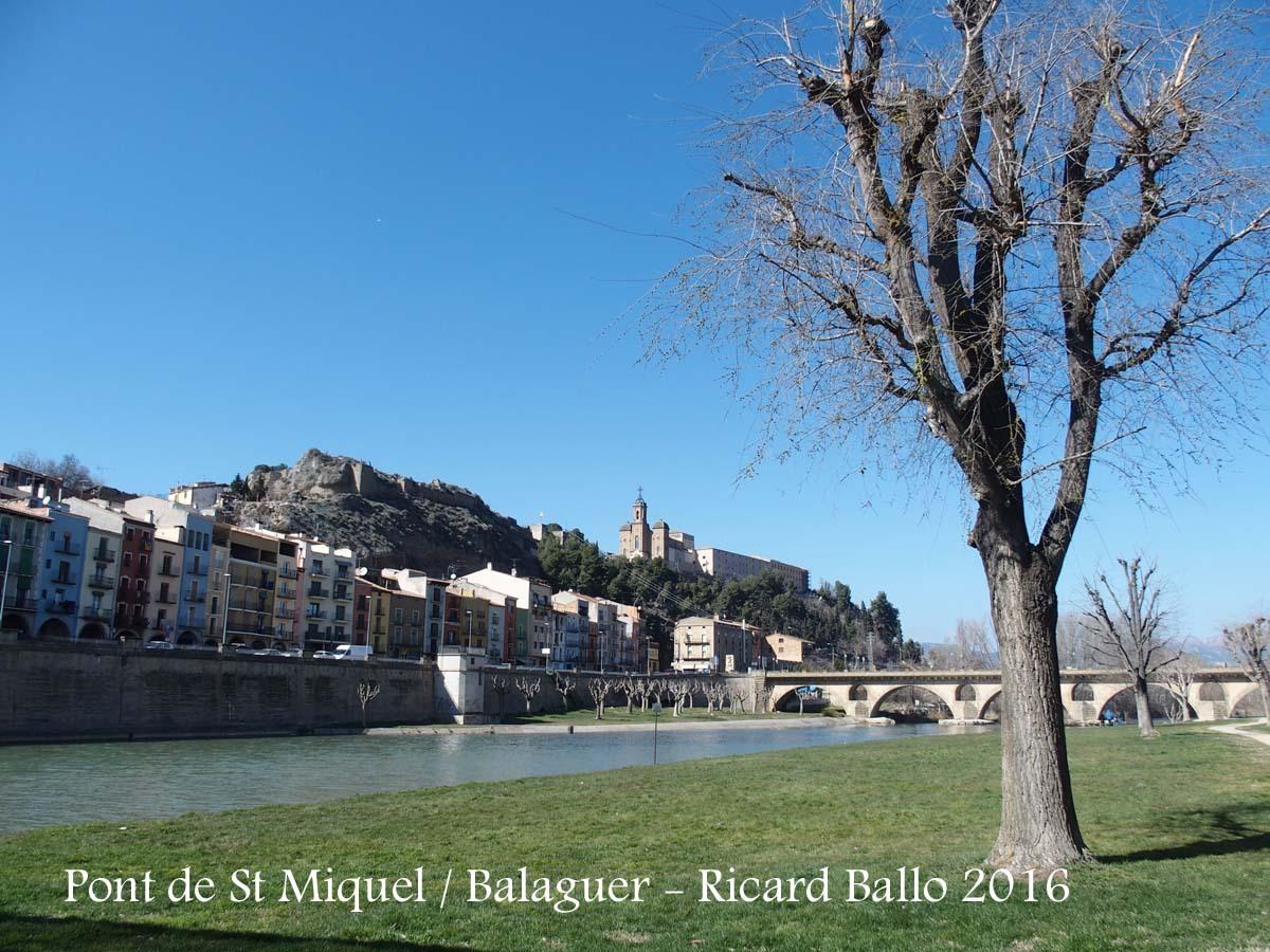 Balaguer - Riu Segre - Al bell mig de la fotografia, al fons, apareix el Santuari del Sant Crist