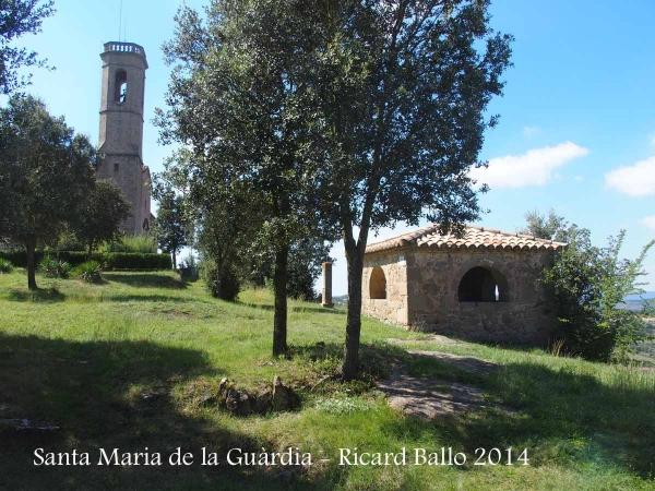 Santuari de Santa Maria de La Guàrdia – Sagàs - A la dreta, en primer terme, el Comunidor