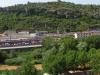 Manresa - Vistes des del Parc de La Seu - Simultàniament, uns darrere els altres, veiem, la carretera, el riu Cardener, l'estació del ferrocarril de la RENFE, i finalment, coronant la muntanya i presidida per una senyera, la torre de Santa Caterina, edificació del segle XIX.