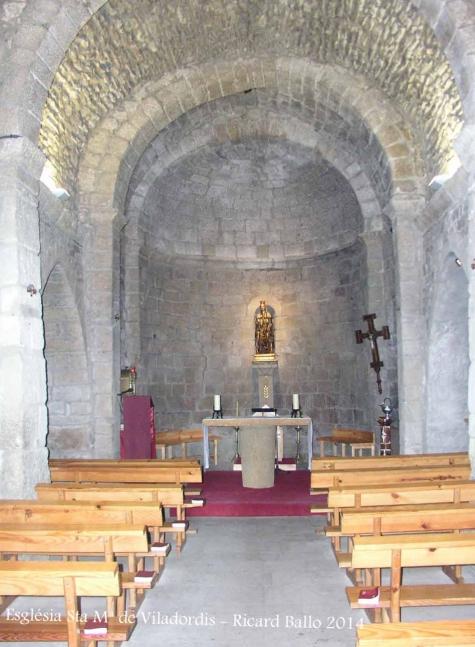 Església de Santa Maria de Viladordis – Manresa - Fotografia obtinguda des del vestíbul, a través del vidre de la porta d'entrada