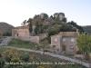 Església de Santa Maria del Castell de Miralles - Aquí veiem en primer lloc edificacions modernes. Al bell mig de la fotografia l\'església de Santa Maria. En darrer terme, les restes del castell de Miralles.