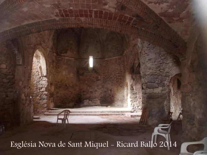 Església Nova de Sant Miquel – El Montmell - Fotografia de l'interior obtinguda introduint l'objectiu de la màquina de fotografiar a través d'un dels petits forats que hi ha a la porta d'entrada.