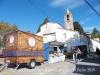 Església parroquial de Sant Joan – Campins - Entorn, un dia en  el que el carrer estava ocupat per una fira d'alimentació i altres productes
