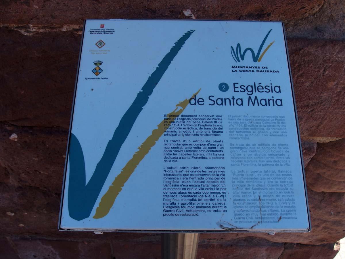 Prades - Plafó informatiu situat al davant de l'Església de Santa Maria