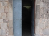 La Pabordia de Caselles – Fonollosa - Aquesta porta es va obrir recentment (Segle XX) per permetre l\'entrada de llum natural a l\'interior de l\'edifici, transformat durant un temps, en escola pública. A la llinda hi ha una data: 1931.