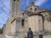 Monestir de Sant Cugat del Vallès. La figura de l'atent visitant de l'edificació és la del pintor en Francesc Cabanas Alibau. (Barcelona, 1909 - Sant Cugat del Vallès, 1985). Autor: Pascal Plasencia.