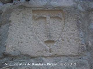 Nucli de Mas de Bondia – Montornès de Segarra - A cal Narcís Vell (carrer del Portal, 21), podem veure a la façana, el dibuix en relleu d'una creu hospitalària.