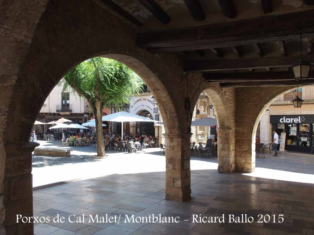 Porxos de Cal Malet – Montblanc - Des dels porxos es té una bona vista de la concorreguda Plaça Major