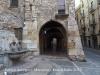 Porxos del carrer Merceria – Tarragona - A l'esquerra de la fotografia, apareix la Font de les escales de la Catedral.
