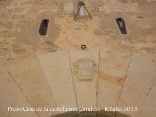 Presó o Casa de la castellania - Gandesa - Corrioles de fusta que servien per aixecar la porta que salvava el fossat que protegia l'edificació. Detall escut.