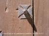 Presó o Casa de la castellania - Gandesa - A la base dels claus de la porta de fusta es pot apreciar la creu dels templers, constructors del palau.