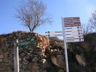 Indicador per anar al castell de l'Aguda, a l'església de Santa Maria de l'Aguda i a l'ermita de Sant Salvador del coll de l'Aguda-Torà